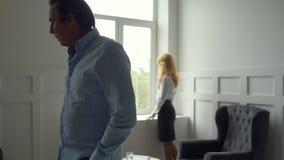 Homem descontentado que discute com sua esposa video estoque