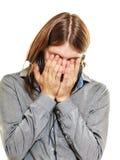 Homem desesperado que grita nas mãos Imagens de Stock