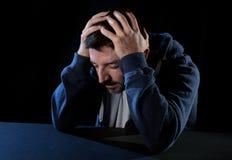 Homem desesperado que sofre a dor emocional, o sofrimento e a depressão profunda Fotografia de Stock
