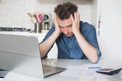 Homem desesperado que tenta encontrar a solução para impostos e contas Imagens de Stock Royalty Free