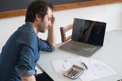 Homem desesperado que tenta encontrar a solução para impostos e contas Fotografia de Stock Royalty Free