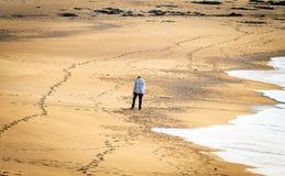 Homem desolado na praia fotografia de stock royalty free
