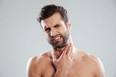 Homem despido considerável novo que expertising seu fce antes de barbear fotos de stock