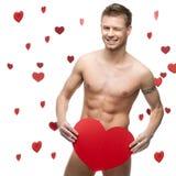 Homem despido engraçado que prende o coração de papel vermelho grande Imagens de Stock Royalty Free