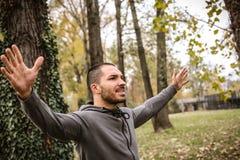 Homem desportivo com os braços estendido fotos de stock royalty free