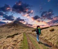 Homem desportivo no passeio na montanha da montanha imagens de stock