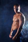 Homem desportivo novo sobre o fumo. Imagem de Stock Royalty Free