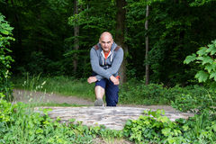 Homem desportivo que faz esticando exercícios Fotografia de Stock Royalty Free