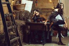 Homem do alfaiate e menina bonita imagens de stock