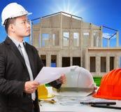 Homem do arquiteto e plano de trabalho do ducument no si da construção da casa Fotos de Stock