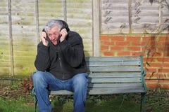 Homem do ataque de pânico em um banco Foto de Stock Royalty Free