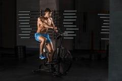 Homem do atleta que biking no gym fotos de stock royalty free