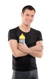Homem do atleta que levanta com um frasco plástico Imagem de Stock Royalty Free