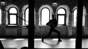 Homem do bailado do movimento lento que tem o exercício no estúdio video estoque