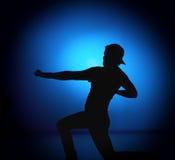 Homem do balancim da silhueta que levanta no fundo azul Foto de Stock