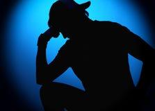 Homem do balancim da silhueta que levanta no fundo azul Imagem de Stock