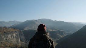 Homem do caminhante que olha as montanhas e a skyline vídeos de arquivo