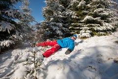 Homem do caminhante que tem o divertimento na floresta do inverno Fotos de Stock Royalty Free