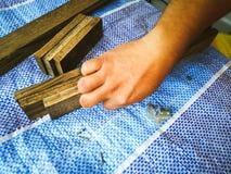 Homem do carpinteiro para arranjar a prancha de madeira imagem de stock royalty free