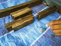 Homem do carpinteiro para arranjar a prancha de madeira foto de stock royalty free