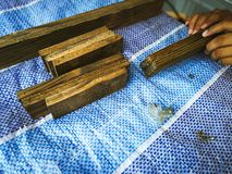Homem do carpinteiro para arranjar a prancha de madeira imagens de stock royalty free