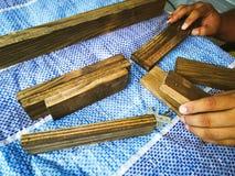 Homem do carpinteiro para arranjar a prancha de madeira foto de stock