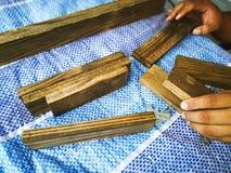 Homem do carpinteiro para arranjar a prancha de madeira imagens de stock