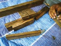 Homem do carpinteiro para arranjar a prancha de madeira fotos de stock