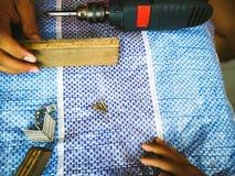 Homem do carpinteiro para arranjar a prancha de madeira fotos de stock royalty free