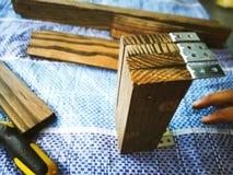 Homem do carpinteiro para arranjar a prancha de madeira fotografia de stock royalty free