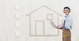 Homem do carpinteiro do trabalhador manual do conceito da renovação da construção da casa com ícones vazios dos símbolos do lapto fotografia de stock