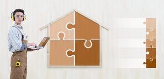 Homem do carpinteiro do trabalhador manual do conceito da renovação da construção da casa com laptop e ícones vazios dos símbolos foto de stock royalty free
