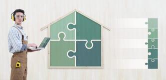 Homem do carpinteiro do trabalhador manual do conceito da renovação da construção da casa com laptop e ícones vazios dos símbolos fotos de stock