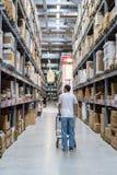 Homem do comprador em Ikea foto de stock royalty free