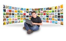 Homem do computador portátil com galeria da imagem Fotografia de Stock
