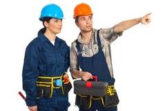 Homem do construtor que aponta afastado Foto de Stock Royalty Free
