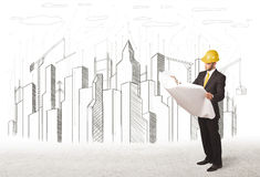 Homem do coordenador de negócio com o desenho da cidade da construção no fundo Imagem de Stock Royalty Free
