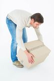 Homem do correio que pegara a caixa de cartão Fotografia de Stock Royalty Free