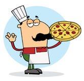 Homem do cozinheiro chefe da pizza com sua torta perfeita Imagens de Stock Royalty Free