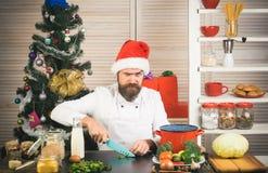 Homem do cozinheiro chefe no cozimento do chapéu de Papai Noel fotografia de stock