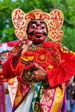 Homem do dançarino no traje do Balinese e na máscara tradicionais de Topeng Wayang fotografia de stock royalty free