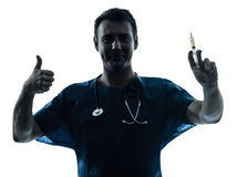 Homem do doutor que guarda o retrato da silhueta da seringa hipodérmico Foto de Stock Royalty Free