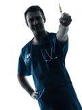 Homem do doutor que guarda o retrato da silhueta da seringa hipodérmico Foto de Stock