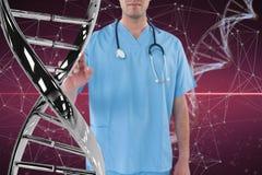 Homem do doutor que interage com as costas do ADN 3D Imagens de Stock Royalty Free