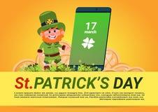 Homem do duende do molde do fundo do dia do St Patricks sobre o telefone esperto verde Fotos de Stock