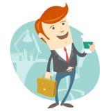 Homem do escritório do moderno que guarda o café e o breve caso na frente do seu Imagem de Stock Royalty Free