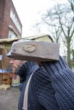 Homem do festival de Dickens com uma música de natal dos hammerChristmas da demolição Fotografia de Stock