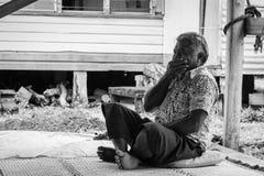 Homem do Fijian que ri e que cobre sua boca foto de stock