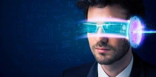 Homem do futuro com elevação - vidros do smartphone da tecnologia Fotos de Stock