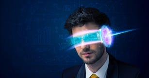 Homem do futuro com elevação - vidros do smartphone da tecnologia Fotografia de Stock Royalty Free